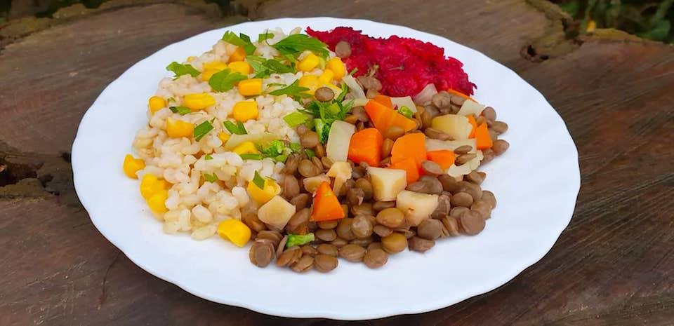 Kukoricás barna rizs, barnalencse raguval és almás cékla salátával