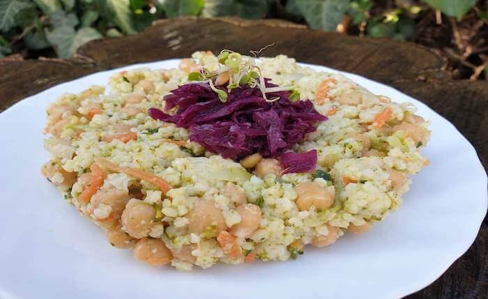 Csicseriborsós zöldséges köles vöröskáposzta salátával