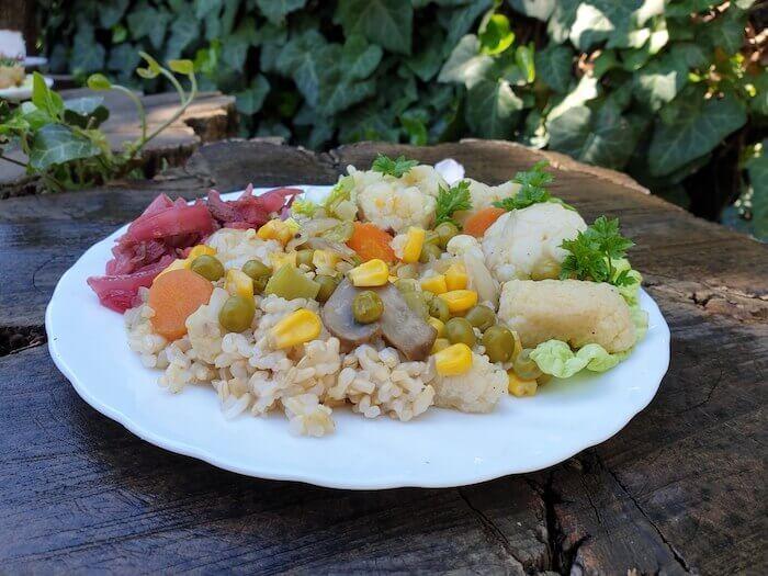 Blansírozott karfiol kukoricával és gombával