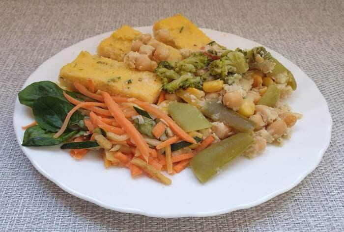 Csicseriborsó ragu brokkolival, zöldbabbal és kukoricaszemekkel, petrezselymes polenta darabok, gyufaszálra vágott párolt zöldségek