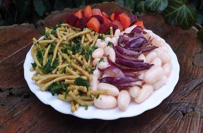 Főtt fehérbab, olajban dinsztelt lilahagyma, petrezselymes kölestészta, főtt cékla és sárgarépa saláta