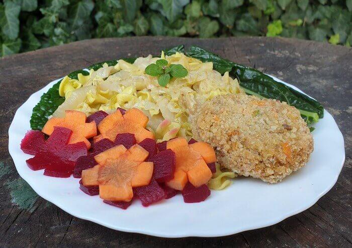 Káposztás kölestészta, céklás sárgarépás salátával és csicseriborsó fasírttal